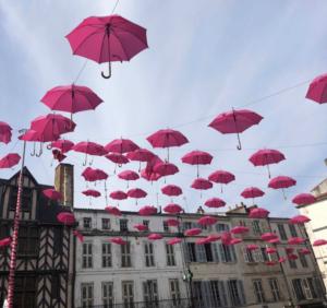 Des parapluies roses surplombent la Rochelle pour Octobre Rose